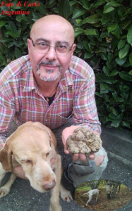 Foto di Carlo Argentino con il suo cane da tartufo ed un tartufi bianco