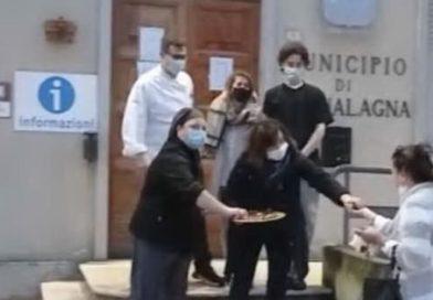 La Protesta : Ristoratori di Acqualagna regalano tartufi ai passanti